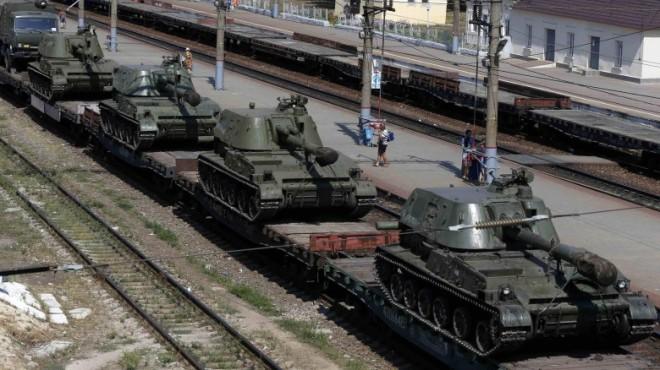 Panzer auf den Waggons am Bahnhof von Kamensk