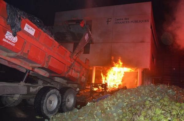 bauern setzen finanzamt in brand