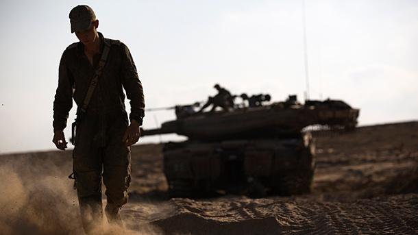 ein-israelischer-soldat-an-der-grenze-zum-gazastreifen-