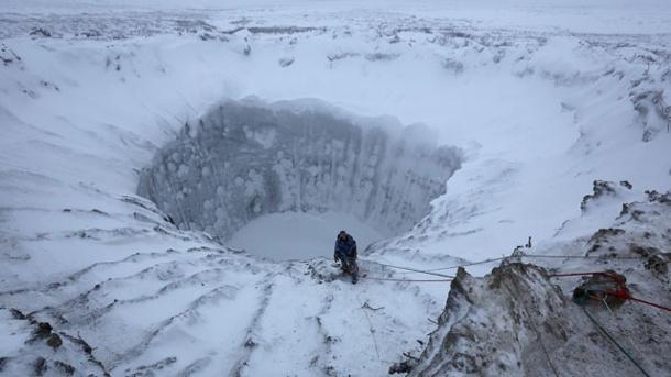 riesige-krater-in-sibirien-haben-im-sommer-weltweit-aufsehen-erregt-jetzt-sind-forscher-in-eines-der-erdloecher-geklettert-um-seine-entstehung-zu-entraetseln-