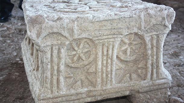auf-diesem-kalksteinblock-wurde-vermutlich-die-thora-verlesen-