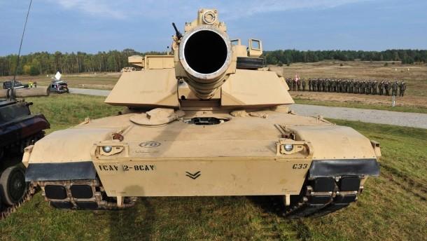 schon-da-ein-amerikanischer-kampfpanzer-des-typs-m1a2-abrams-bei-einer-uebung-in-polen