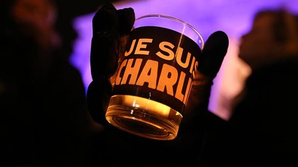 ein-je-suis-charlie-glas-vor-dem-brandenburger-tor-weltweit-tauchen-souvenirs-mit-dem-satz-auf-der-schon-jetzt-historisch-ist-