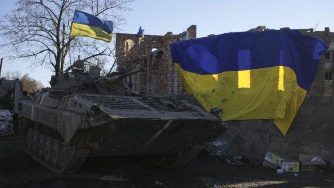 Ein-ukrainischer-Panzer-steht-an-einem-Checkpoint-unweit-von-Debalzewo