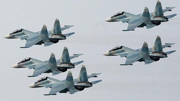 russische-kampfjets-die-zur-einheit-su-30-sm-sokoly-rossil-gehoeren-waehrend-einer-flugshow-ueber-dem-sibirischen-krasnoyarsk-