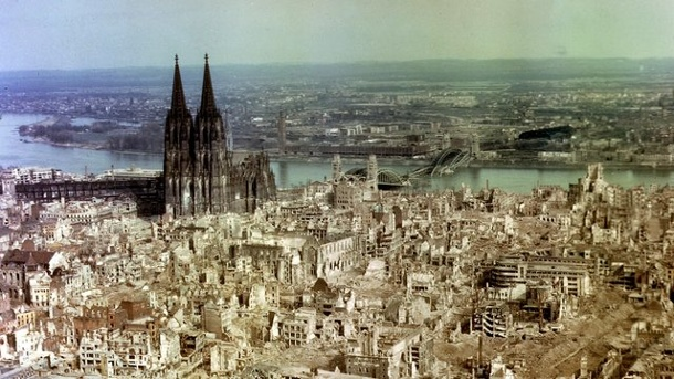 die-durch-alliierte-bombenangriffe-zerstoerte-innenstadt-von-koeln-im-jahr-1945-