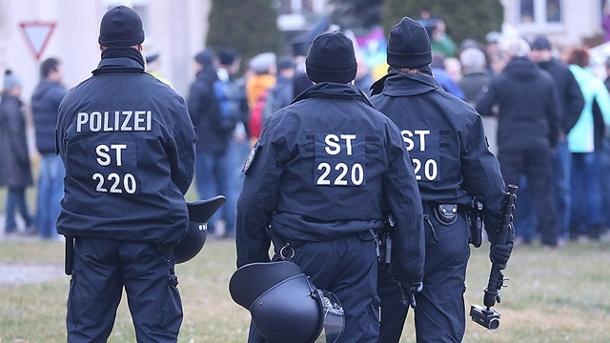 polizisten-sichern-eine-rechtsextreme-demonstration-in-troeglitz-