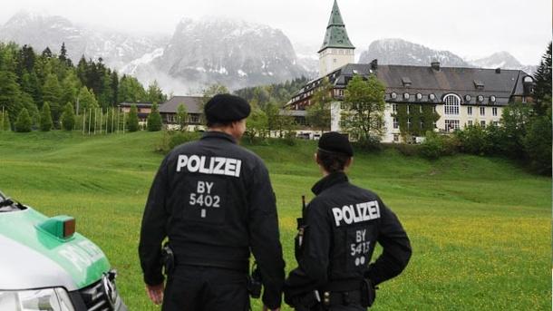 polizisten-vor-schloss-elmau-zum-g7-gipfel-werden-12-500-beamte-im-einsatz-sein-