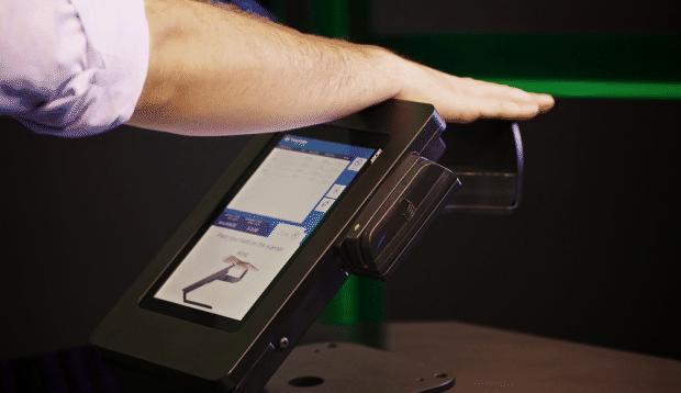 Pulse-Wallet-Bezahlen-mit-der-Hand-620x358