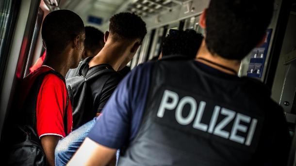 die-polizei-waehrend-einer-kontrolle-in-der-bahn-in-bayern-