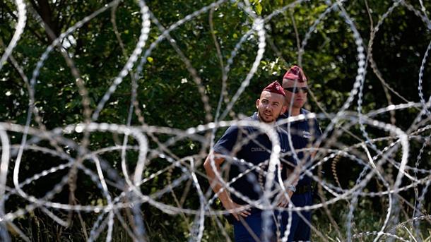 ungarn-baut-einen-langen-grenzzaun-um-die-einwanderung-von-fluechtlingen-zu-verhindern-