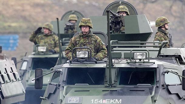 demonstration-der-staerke-gegen-den-uebermaechtigen-nachbarn-estlaendische-soldaten-bei-einer-parade-nahe-der-grenze-zu-russland-