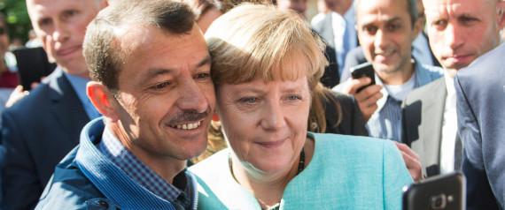 """ARCHIV - Bundeskanzlerin Angela Merkel (CDU) lässt sich am 10.09.2015 nach dem Besuch einer Erstaufnahmeeinrichtung für Asylbewerber der Arbeiterwohlfahrt (AWO) und der Außenstelle des Bundesamtes für Migration und Flüchtlinge in Berlin-Spandau für ein Selfie zusammen mit einem Flüchtling fotografieren. Foto: Bernd von Jutrczenka/dpa (zu dpa """"Merkels Popularität nimmt in Umfragen Schaden - AfD im Aufwind ?"""" vom 27.09.2015) +++(c) dpa - Bildfunk+++"""