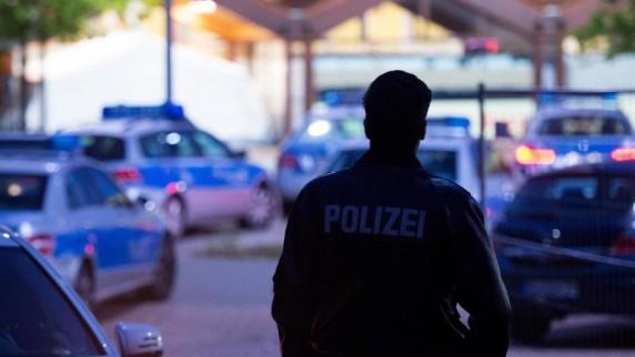 Ein-Polizist-auf-dem-Gelaende-einer-zentralen-Erstaufnahmestelle-fuer-Fluechtlinge-in-Hamburg