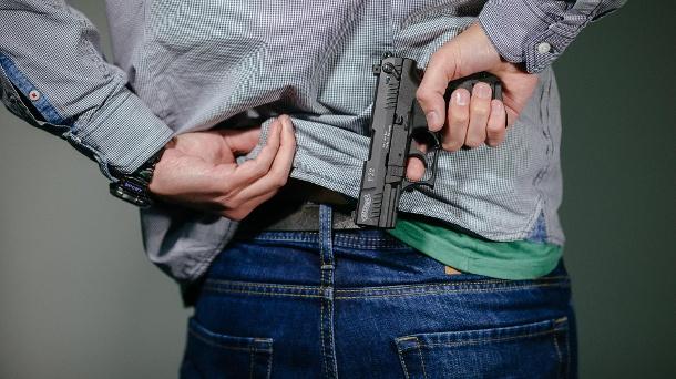 eine-schreckschuss-pistole-walther-p22-sieht-taeuschend-echt-aus-