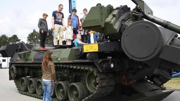 im-marinestuetzpunkt-in-wilhelmshaven-niedersachsen-durften-kinder-beim-bundesweiten-tag-der-bundeswehr-einen-panzer-besteigen-