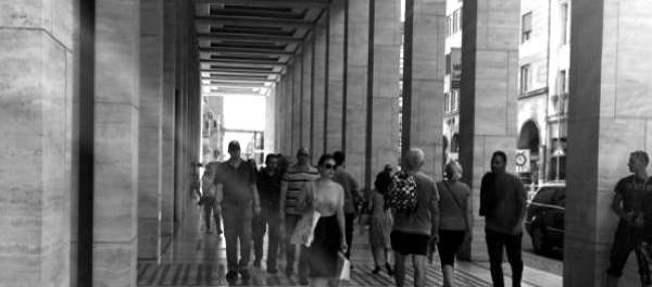 Menschen-in-der-Friedrichstraße-©-GEOLITICO-600x264