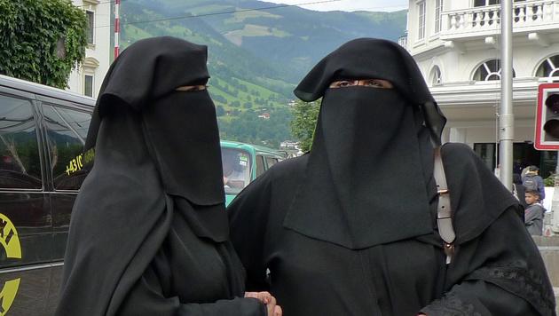APA2757243-2 - 23082010 - WIEN - …STERREICH: Arabische Touristinnen mit Kopftuch in Zell am See, aufgenommen am 26. Juli 2010. Der Salzburger Tourismusort gilt wegen seiner alpinen Landschaft als einer der Hauptanziehungspunkte fŸr arabische Touristen in …sterreich. APA-FOTO: JOHANNES BRUCKENBERGER