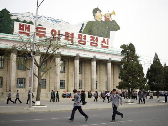 Junge_Nordkoreaner_vor_einer_Schule_in_Pjoengjang__Foto__Franck_Robichon_dpa-640x480