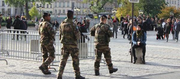 Schwer-bewaffnete-Polizei-patrouilliert-in-Paris-Ist-ohne-sie-Sicherheit-nicht-mehr-zu-gewaehrleisten-©-Karin-Lachmann-600x264