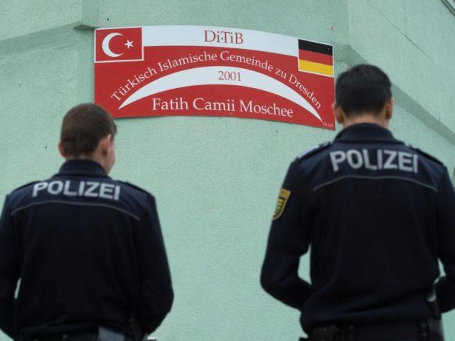 urn-newsml-dpa-com-20090101-160928-99-616445_large_4_3_polizisten_vor_der_fatih_camii_moschee_in__dresden__foto__sebastian_kahnert_dpa-640x480