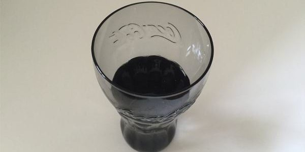 Wasser-in-einem-Coca-Cola-Glas-600x300