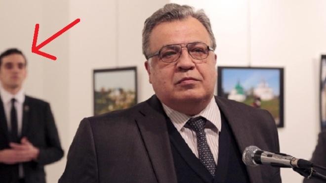 russlands-botschafter-in-der-tuerkei-andrej-karlow-bei-seiner-ansprache-in-ankara-im-hintergrund-links-der-spaetere-attentaeter