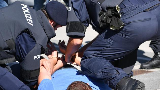 ABD0021_20160826 - SALZBURG - …STERREICH: THEMENBILD - PolizeischŸler beim Einsatztraining am Freitag, 26. August 2016, in der Landespolizeidirektion Salzburg. - FOTO: APA/BARBARA GINDL